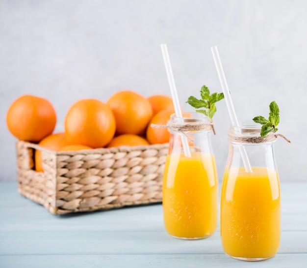 Zelfgemaakte sinaasappelsap klaar om te worden geserveerd