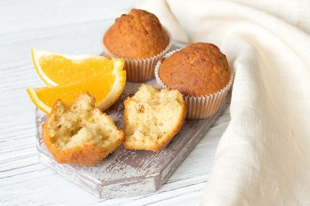 Zelfgemaakte sinaasappelschilmuffins, gebak met citrussmaak