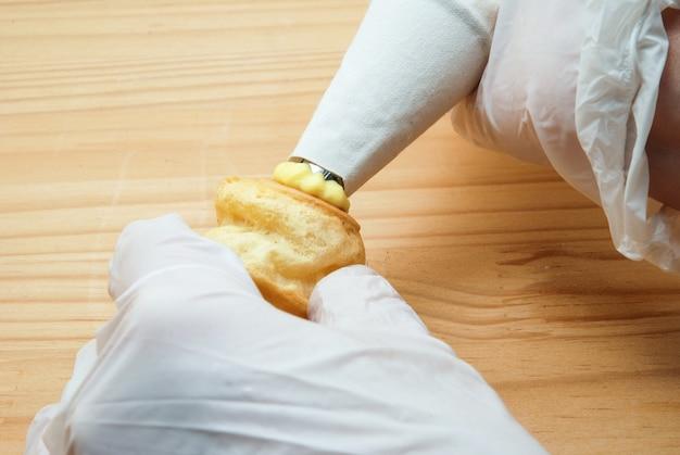 Zelfgemaakte slagroomsoesjes of eclaire gevuld met vanillecreme