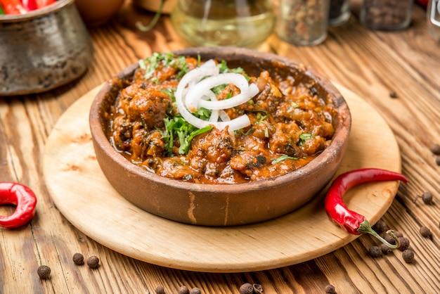 Zelfgemaakte slow cooker stoofvlees met wortelen en aardappelen