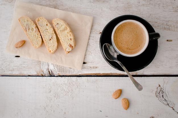 Zelfgemaakte smakelijke amandelkoekjes en koffiekopje