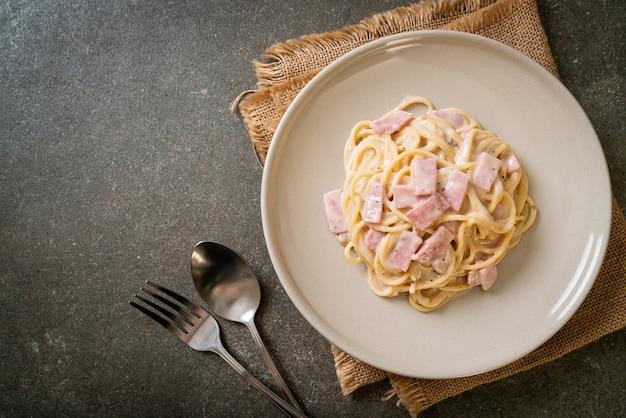 Zelfgemaakte spaghetti witte roomsaus met ham - italiaanse keukenstijl