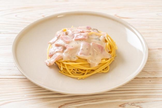 Zelfgemaakte spaghetti witte roomsaus met ham - italian food style