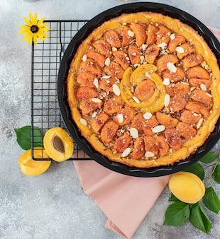 Zelfgemaakte taart met abrikozen en noten