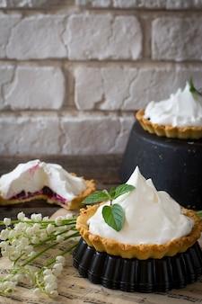 Zelfgemaakte taart met bessen en slagroom, slagroom, slagroom