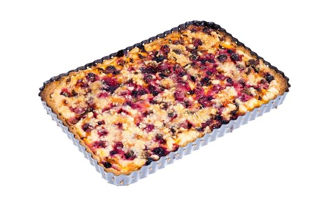Zelfgemaakte taart met bessen, fruit en walnoten in vorm op lichte achtergrond.