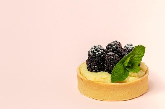 Zelfgemaakte taart met bramen en delicate room van vanille en munt