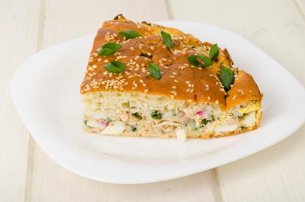 Zelfgemaakte taart met gekookt ei en groene uien