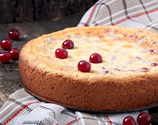 Zelfgemaakte taart met kersen en slagroom