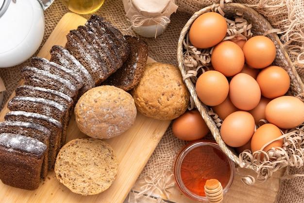 Zelfgemaakte taarten gemaakt van natuurlijke ingrediënten van melk, eieren en bloem.
