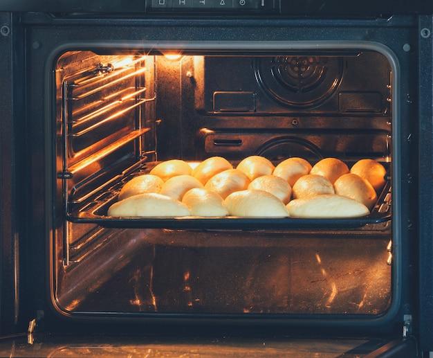 Zelfgemaakte taarten met vullingen bereid in de elektrische oven