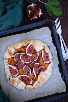 Zelfgemaakte taartpruimen en vijgen op een bakplaat