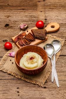 Zelfgemaakte thanksgiving-knoflookpuree met verse tomaten en pastrami