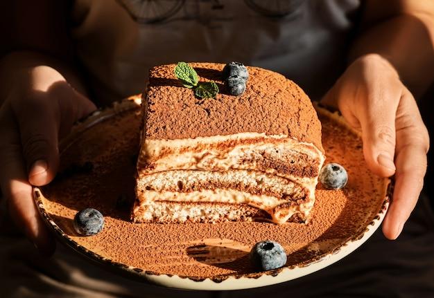 Zelfgemaakte tiramisu-cake versierd met muntblaadjes en bosbessen