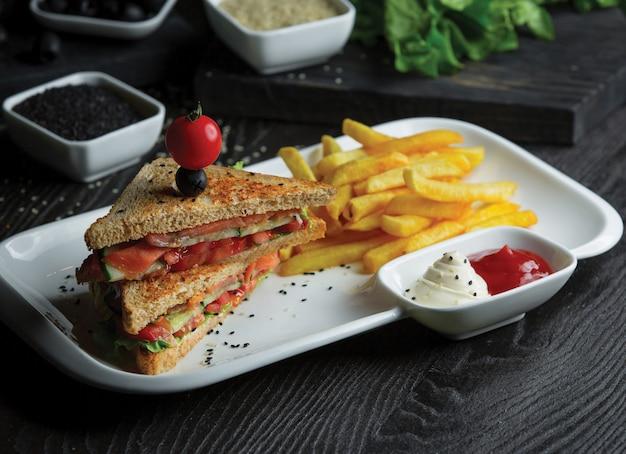 Zelfgemaakte toast sandwiches met aardappelen en sauzen.