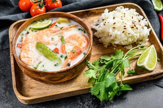 Zelfgemaakte tom kha gai. kokosmelk soep in een kom. thais eten