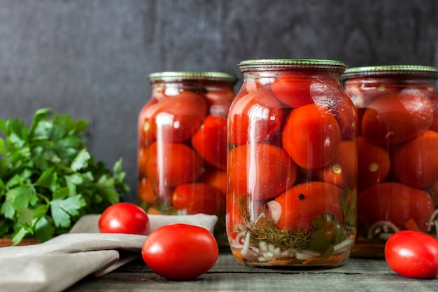 Zelfgemaakte tomaten in blik in glazen potten. close-up foto