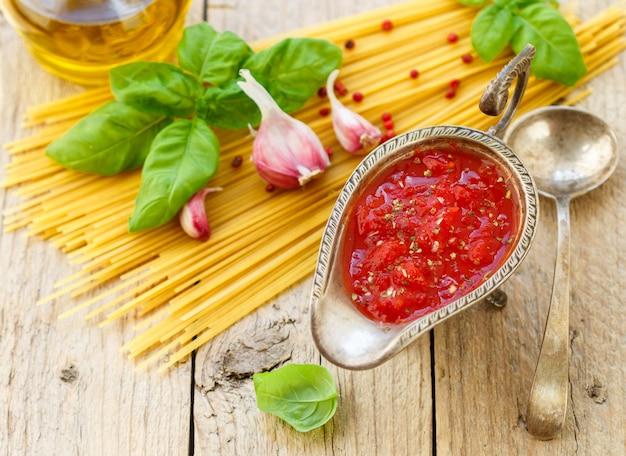 Zelfgemaakte tomatensaus voor pasta en vlees van verse tomaten met knoflook, basilicum en kruiden