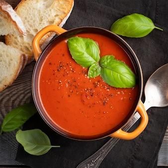 Zelfgemaakte tomatensoep met basilicum.