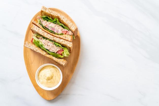 Zelfgemaakte tonijn sandwich