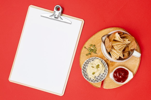 Zelfgemaakte tortilla met dips naast klembord