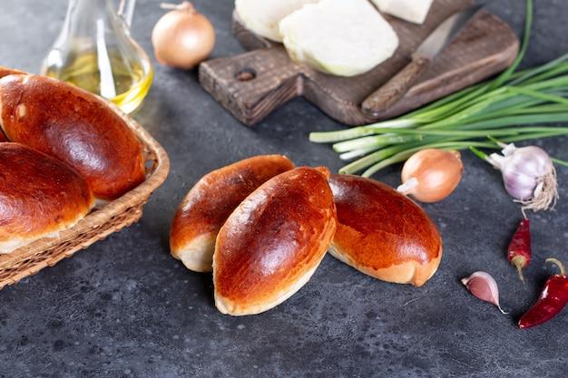 Zelfgemaakte traditionele russische taarten met aardappelen