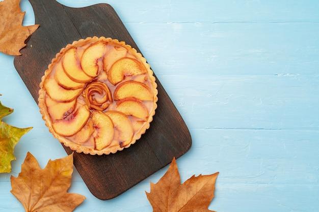 Zelfgemaakte traditionele zoete herfst taart taart op houten tafel, weergave van bovenaf