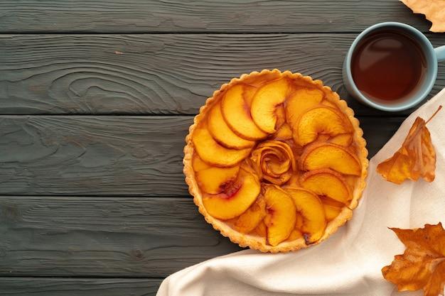 Zelfgemaakte traditionele zoete herfst taart taart op houten tafel
