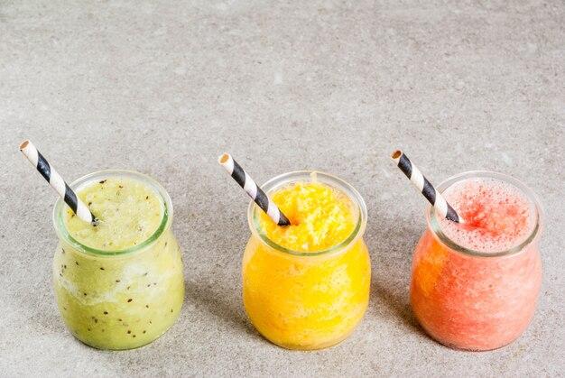 Zelfgemaakte tropische smoothies in potten