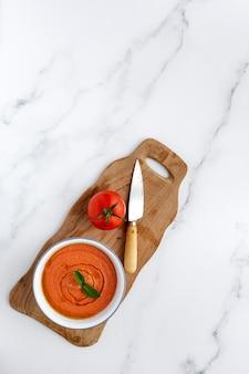 Zelfgemaakte typisch spaanse gazpacho. tomatensoep