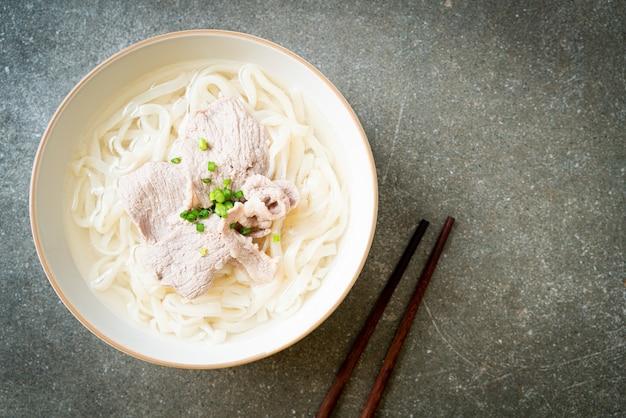 Zelfgemaakte udon ramen noodles met varkensvlees in heldere soep