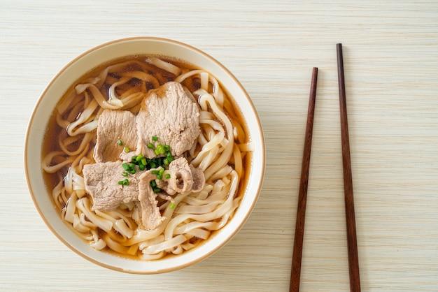 Zelfgemaakte udon ramen noodles met varkensvlees in soja- of shoyusoep