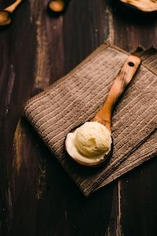 Zelfgemaakte vanille-ijs op houten tafel met vintage bestek