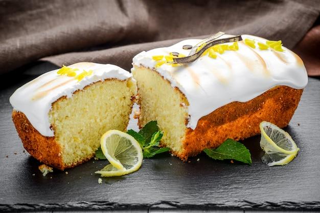 Zelfgemaakte vanillecake met rozijnen.