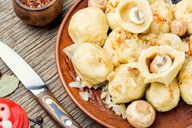 Zelfgemaakte varenyky met champignons.
