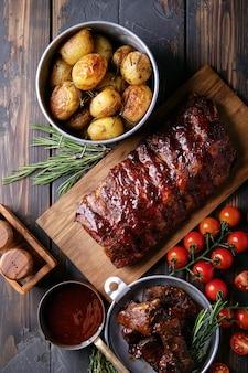 Zelfgemaakte varkens- en rundvleesribben