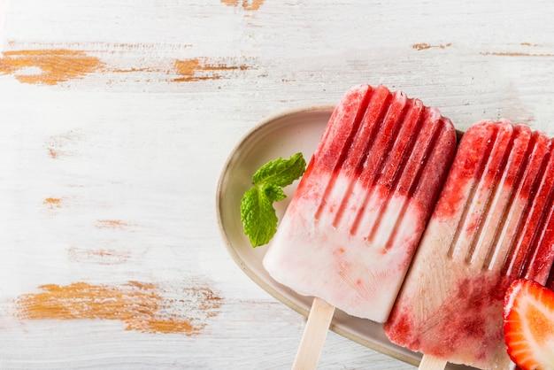 Zelfgemaakte vegan aardbei ijslolly