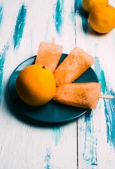 Zelfgemaakte vegan jus d'orange ijslollys