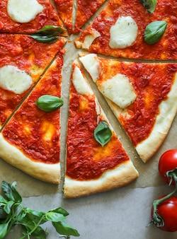 Zelfgemaakte vegan margherita pizza food fotografie