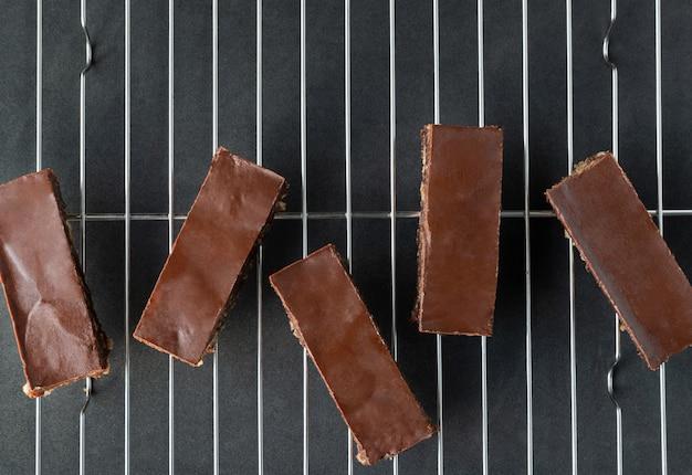 Zelfgemaakte veganistisch krokante chocolade chocoladedessert op koelrek
