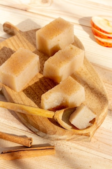 Zelfgemaakte veganistische appelgelei vierkanten met kaneel op houten tafel.