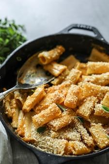 Zelfgemaakte veganistische mac n cheese