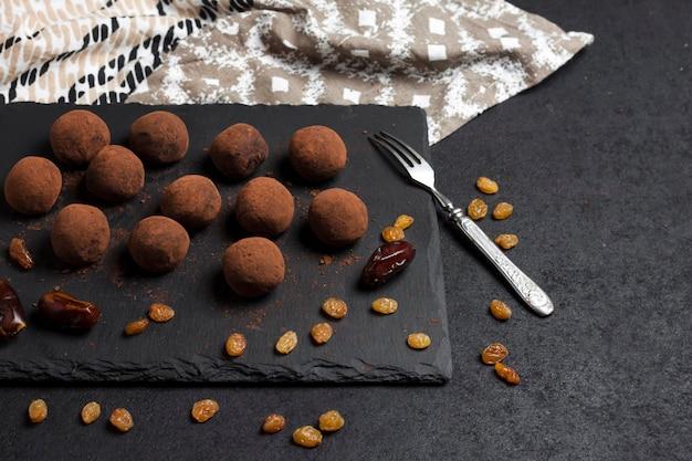 Zelfgemaakte veganistische truffels met gedroogd fruit en walnoten