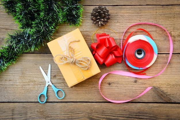Zelfgemaakte verpakte kerstcadeautjes met gereedschap en decoraties