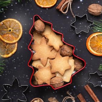 Zelfgemaakte verse koekjes in een blikken doos