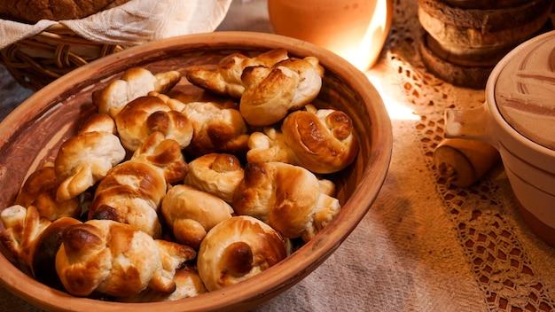 Zelfgemaakte verse zoete deeg bagels in een rustieke mand