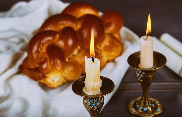 Zelfgemaakte versgebakken challah voor de heilige sabbat traditioneel joods sabbat-ritueel