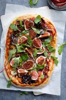 Zelfgemaakte vijgenpizza, vers gebakken gezond voedselrecept