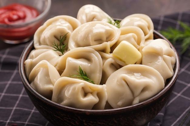 Zelfgemaakte vlees knoedels - russische pelmeni. dumplings, gevuld met vlees, ravioli. dumplings met vulling
