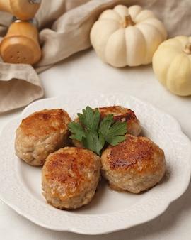 Zelfgemaakte vleespasteitjes op tafel